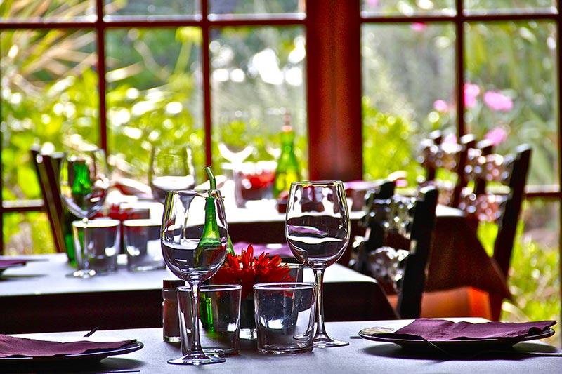 Detall-menjador-amb-ventanal-Restaurant-Sant-Antoni-Premià-de-Dalt-Mar