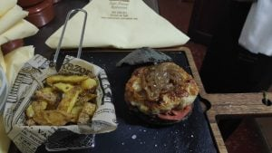 Hamburguesa de sepia del menú del dia Restaurant Sant Antoni de Premià de Dalt